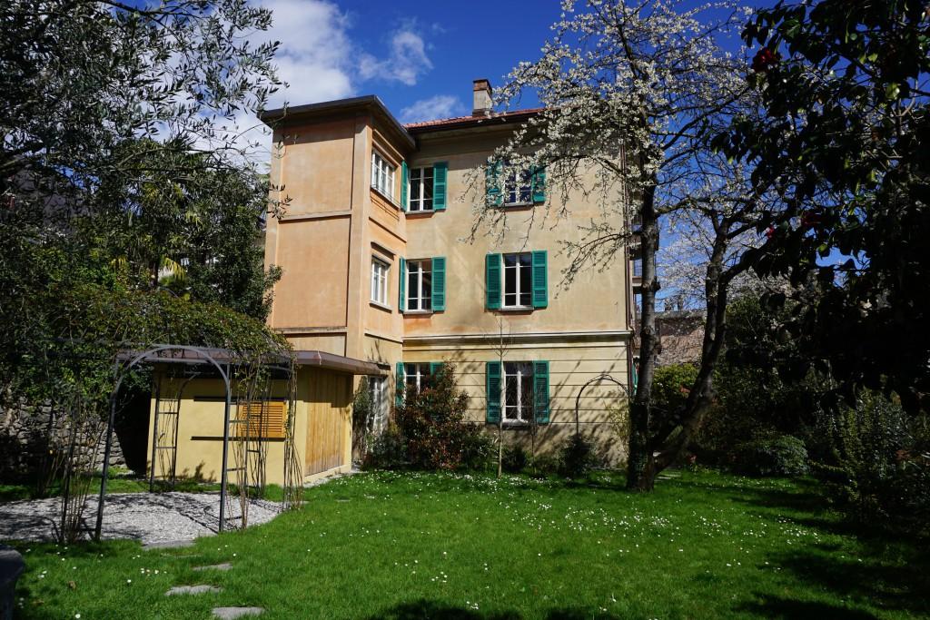 Haus-mit-bluehendem-Kirschbaum-2-DSC00420